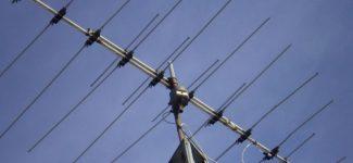 Imagen de una antena repetidora de seña instalada en lo alto de un edificio.